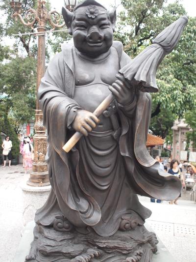 猪八戒のようなイノシシの銅像