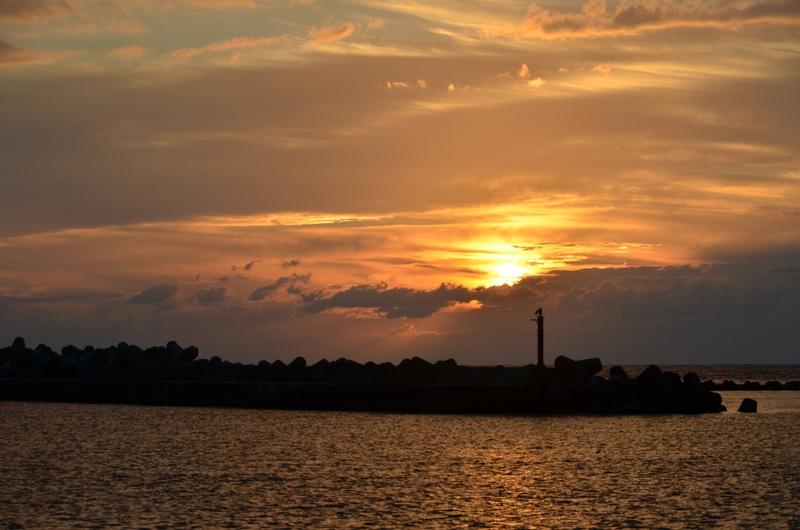 防波堤の夕陽-2