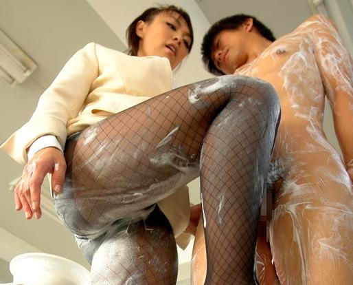 デカ尻お姉さんのパンスト美脚が足コキや着衣SEXで責めまくるの脚フェチDVD画像1