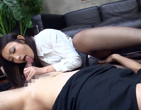 OLの蒸れてクッサイ黒ストッキングの爪先を舐めて足コキで射精の脚フェチDVD画像3