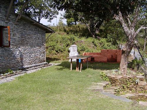 山小屋前庭とBBQかまど