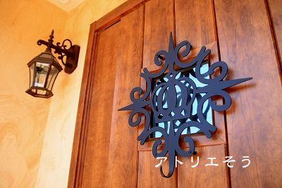 王冠ドア飾り設置写真