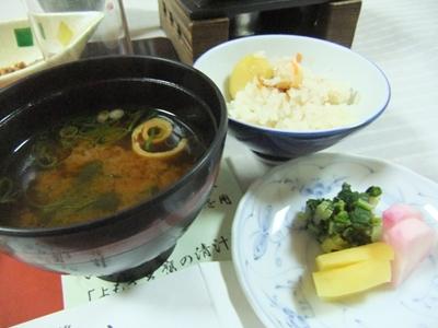 お味噌汁とお漬物とご飯
