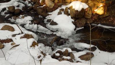 凍てつく天満沢川
