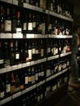 店内の壁にはワインが並んでいる
