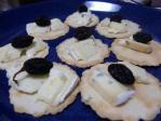 クラッカーとチーズと干しブドウ
