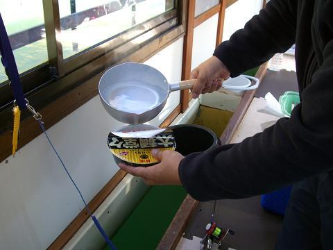 スローライフ日記-カップ麺にお湯を入れる