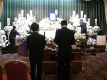 スローライフ日記 (ガンとの闘病日記はもうすぐ終わりにします)-祭壇の生花に札をつけている