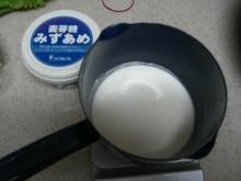東京でプチスローライフ-生クリームを鍋に入れる