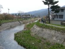 東京でプチスローライフ-皆川に沿って歩いてる