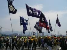 東京でプチスローライフ-旗を持った人たち