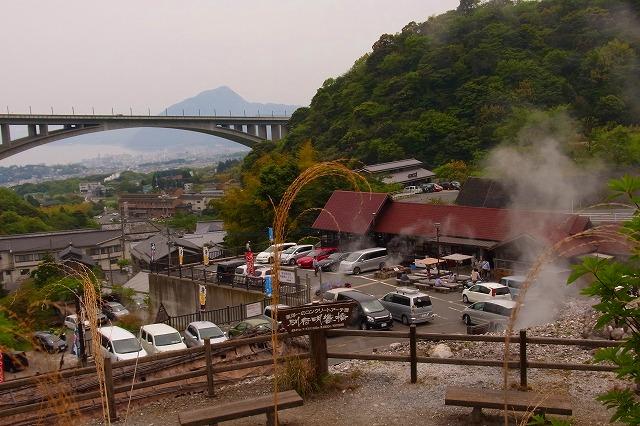 20明礬温泉・山の湯から見下ろす岡本屋