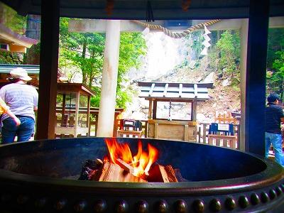 5那智の滝でお清めの護摩木を焚き上げお参り