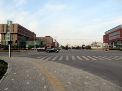 オトク旗のホテル近くの交差点。左の6階建てがホテル