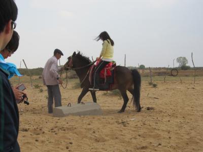 牧民のおじさんに馬に乗せてもらう
