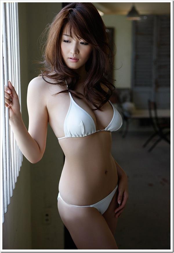 【ハミ乳ギャル】胸ポチ願望ビキニ水着からこぼれる巨乳