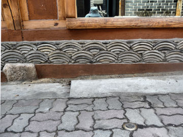 瓦で造った青海波模様の壁