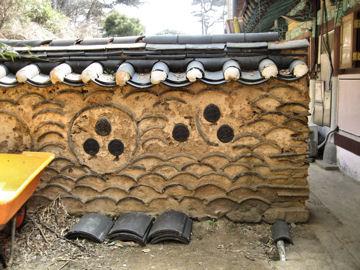 青海波をイメージして造られた土塀