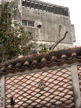 青海波模様の塀(沖縄)