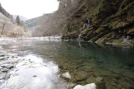 三十槌の氷柱にて川も凍ってる