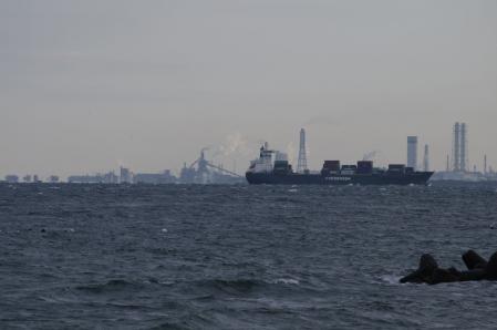 蜃気楼のように木更津の工場が見える