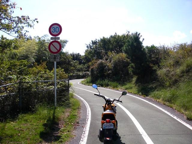z2-017.橋へ向かう原付道
