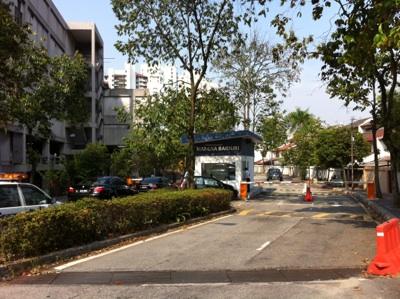 スバン病院裏の高級コンドミニアム街に続く道はGated townでだれでも入れるわけではない