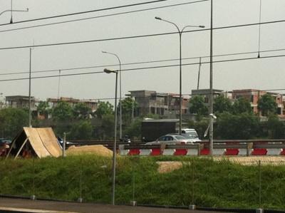 ちょうど建築中の宅地街が駅から見ることができますね