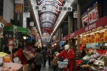 東南アジアからの観光客でにぎわう黒門市場