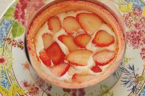 マーブル模様の赤いフルーツケーキ