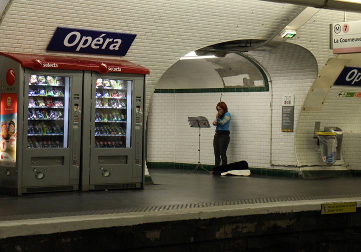 地下鉄の駅ホーム-824-3