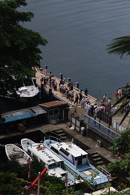 帰りの船を待つ人々