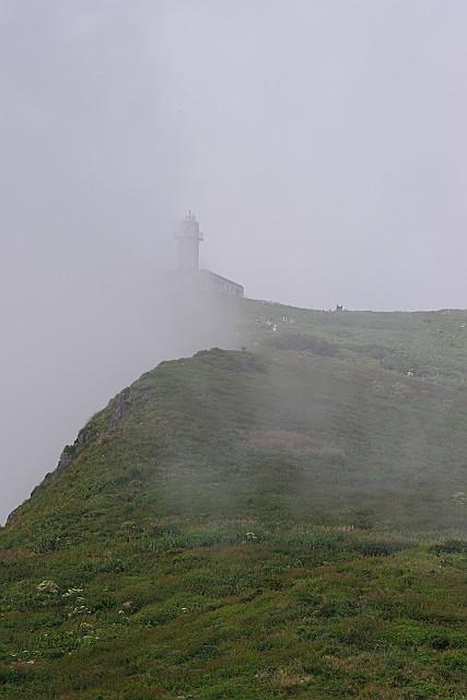 霧にかすむ観測所