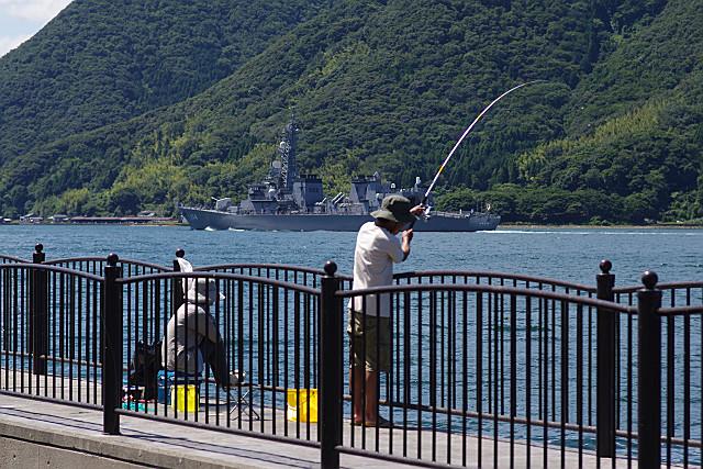 釣り人と汎用護衛艦すずなみ