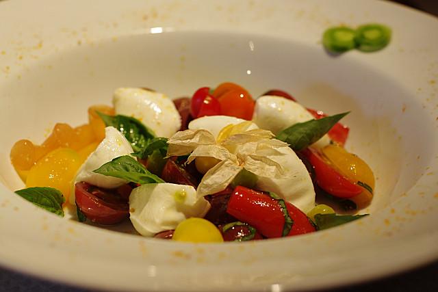 いろいろトマトとモッツァレラチーズのサラダ