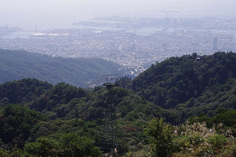 ロープウェイの鉄塔と神戸港