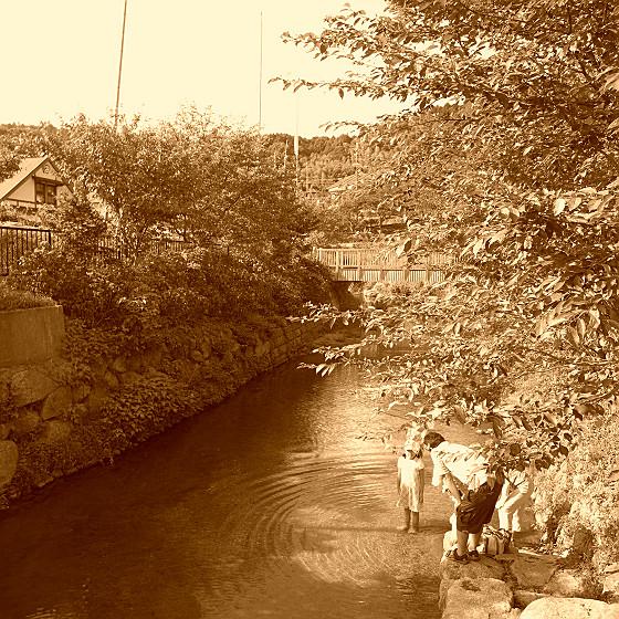 川遊びのお嬢ちゃん