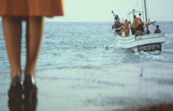 美禰子(みねこ)に手を振り、船で去っていく金田一耕助