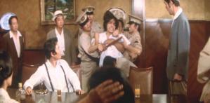 暴れる海老原医師。警察に取り押さえられる
