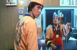 牛丼の鍋に落とした少年ジャンプを拾う吉野家店長