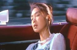 ムスタングの車で寝ているさつ乃