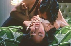 さち乃の乳房を掴みながら愛撫するムスタング