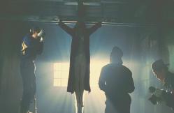 十字架のように張り付けの殺人現場
