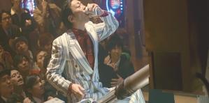 ゲーム中、ビールをぐいっと飲む坂崎