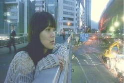 渋谷の交差点の歩道橋にいる和希