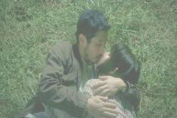 キスする三津谷