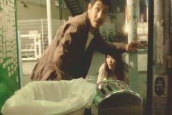 和希とぶつかったことで、由以子を見失いそうになり慌ててている三津谷
