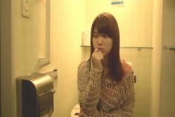 ホテルのトイレで悩んでいる和希