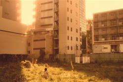 空き地で一人遊んでいる和希