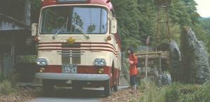 バスでやってきたエミ